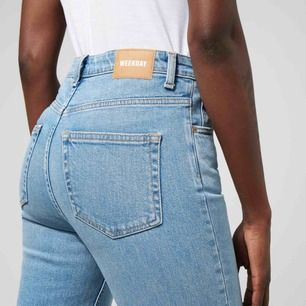 Way swish blue jeans  Way jeans have a slim fit with a high waist and straight legs from knee down. Made of a mid-stretch fabric, this pair comes in a soft light  blue wash.    Fint skick 😍 tyvärr lite för små för mig  Funkar för en med ca storlek 36