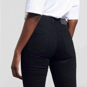 Thursday jeans have a slim fit with a high waist. They sit tight on the upper body and have slim legs. Made of a mid-stretch material. Aldrig använda ✨😍, tyvärr lite för små för mig  Funkar för någon med ca storlek 36