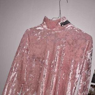 rosa polotröja i sammet från PUMA. strl S. använd ett fåtal gånger.