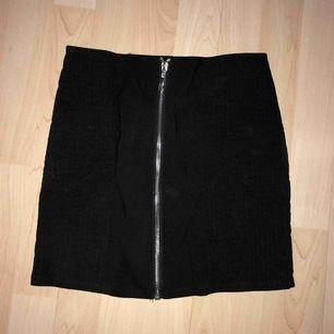 Snygg mini kjol med fina detaljer inköpt från hm.