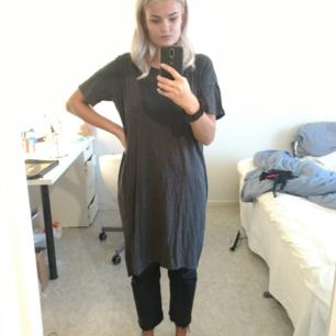 Lång, rätt vid tshirt/klänning från monki, stretchig fett skön