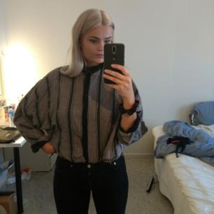 Randig skjorta med vida ärmar