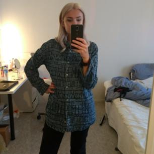 Mönstrad denimskjorta i lite längre modell från Monki