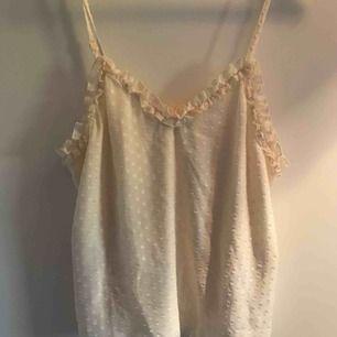 Gulligt linne i en gräddvit färg från Gina Tricot.  Strl: S Fraktkostnad tillkommer