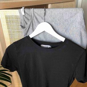 Två st bas t-shirts från SAMSOE. En i svart och en grå i storlek XS. Väl använda men i fint skick. SAMSOE säljer 2 för 450. Frakt betalas av köpare.