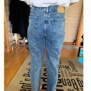 Högmidjade jeans ifrån H&M, bara använda 1 gång, dom är nästan som Mom jeans fast då borde man vanligtvis ha XS-S ✨  Köparen står för frakten! 📮  Katt finns i hemmet 🐈