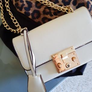 Så fin liten benvit väska med gulddetaljer. Fint skick då den endast använts en gång.