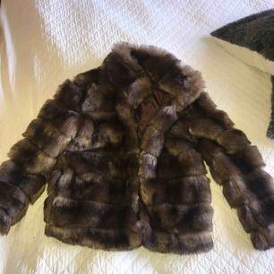 faux fur jacka från nelly helt oanvänd,prislapp kvar!!