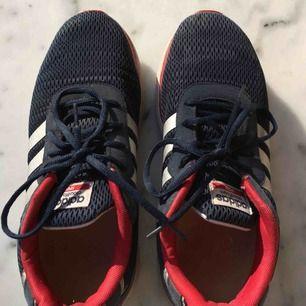 Träningsskor/sneakers från adidas i storlek 43.
