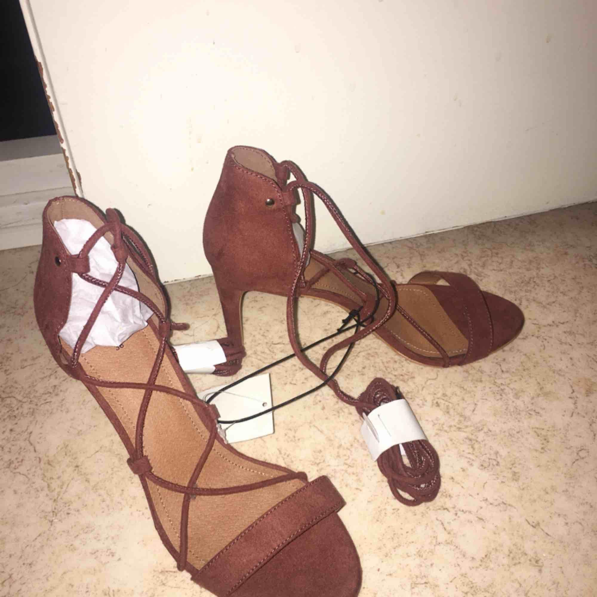Mocka klackskor köpte i London, helt nya och oanvända. Kan mötas upp i Göteborg men för att frakta skorna kostar det 89kr. Skor.