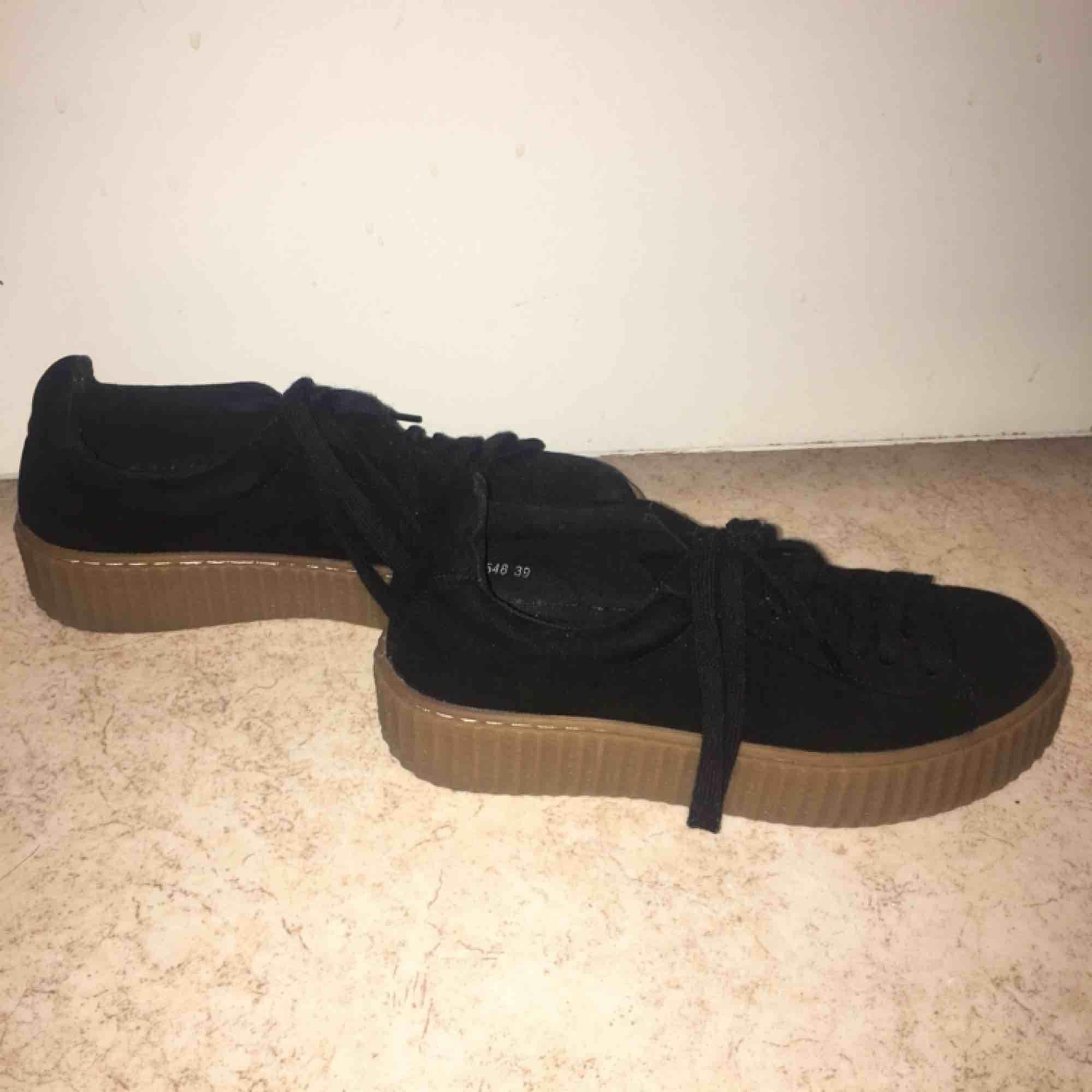 Svarta mocka skor, använda en gång. Frakt kostar 89kr men kan annars mötas upp i GBG.. Skor.
