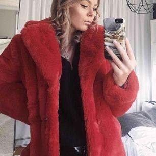 Jättefin Fakepäls jacka från Gina tricot. Den är aldrig använd, endast fotat med! Jätteskön & varm, perfekt till vintern! 💋 frakt tillkommer. skriv för mer info eller fler bilder