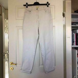 Snygga ljusa vintage jeans. Kan klippas till korta shorts om man så önskar.