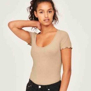 Helt ny och oanvänd, med prislapp kvar, T-shirt från Gina Tricot. Amelie top camel beige. Väldigt fin!