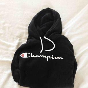 Nice hoodie fra Champion perfekt nu i vinter. Solgt på grund af for mange hoodies.