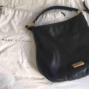 Fin Marc Jacobs väska, köpt på Marcjacobs.com  Fint begagnat skick. Dustbag finns och bekräftelse Mail/kvitto från Marc Jacobs  Hämtas i Bromma eller skickas, köparen står då för frakt