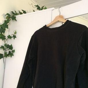 Säljer denna fina svarta tröja ifrån Pull&Bear som är perfekt nu till lite kyligare väder<3 priset är exklusive frakt. Om det är något ni undrar över ställ en fråga eller kolla gärna min profil🍃