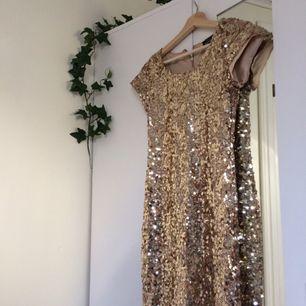 Hur fin & glittrig är inte den här klänningen?? Säljer då jag inte tycker att den passar mig längre. Så gott som ny! priset är exklusive frakt. Om det är något ni undrar över ställ en fråga eller kolla gärna min profil🍃