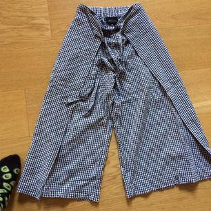 Säljer dessa jättefina & lite speciella byxor ifrån Monki! Bra skick<3 Passar XXS-XS. priset är exklusive frakt. Om det är något ni undrar över ställ en fråga eller kolla gärna min profil🍃
