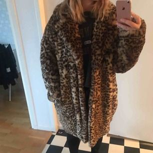 En fin leopardkappa i storlek S, Oversize så passar även storlek M, köpt från junkyard, fint skick, frakt tillkommer:)