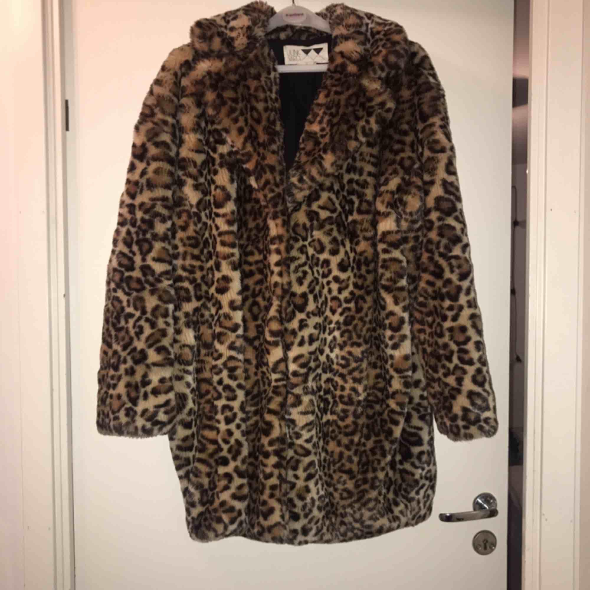 En fin leopardkappa i storlek S, Oversize så passar även storlek M, köpt från junkyard, fint skick, frakt tillkommer:). Jackor.