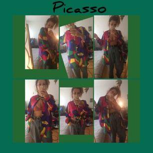 Säljer favorit skjortan / blusen med Picasso-tryck. Hans klassiska kvinnoansikte på fram samt baksida. Står Picasso vid ena bröstet. Snygga mönster över hela skjortan. Oversized.  Står ingen storlek men kommer passa alla mellan 38-42 snyggt.   FRI FRAKT