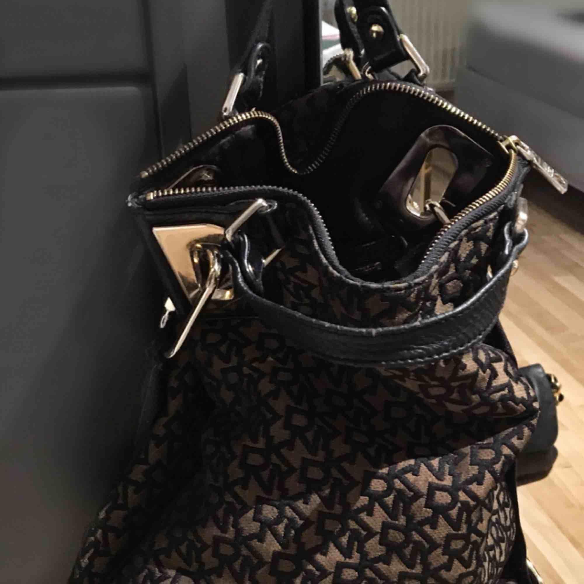 Fin DKNY väska Fint begagnat skick Dustbag finns Pris 500kr Hämtas i Bromma eller skickas. Köparen står då för frakt. Väskor.