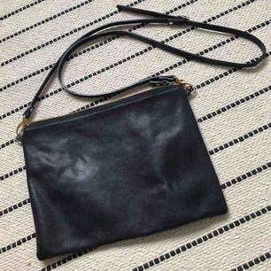 Säljer min mörkblåa Whyred Kira väska. Köpare står för frakt.