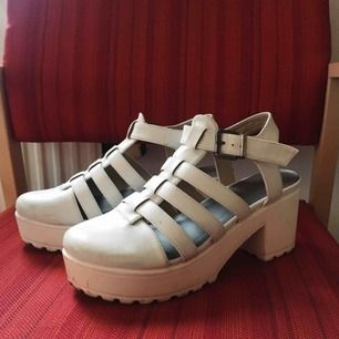 Vita skor med klack. Använda ca 5ggr. Fråga om du undrar något ☺️