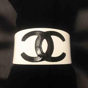Oäkta Chanel akryl armband. Frakt tillkommer.