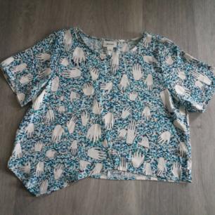Helt ny tshirt från Monki i stl L. Kan fraktas om köparen står för frakt. Betalas med swish🎉