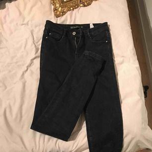 Ett par svarta zara jeans