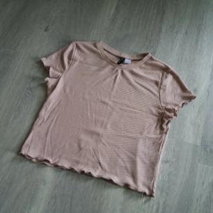 Tshirt från H&M i gammelrosa. Aldrig använd! Kan skickas om köparen står för frakt Betalas med swish🎉