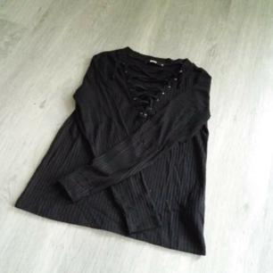 Svart tröja med snörning från Bikbok Kan skickas men köparen står för frakt. Betalas med swish🎉