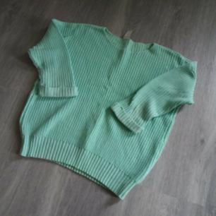 Stickad mintgrön tröja från VILA med 3/4 ärmar. Aldrig använt! Kan skickas om köparen står för frakt. Betalas med swish🎉