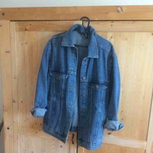 Super fin jeansjacka! 🌟 Aldrig använd. Passar fint som oversize till S-M beroende på hur man vill ha den.
