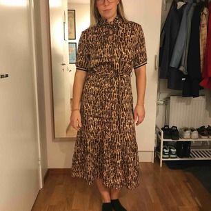 Helt ny klänning med lapparna kvar, nypris 700kr! Sidenliknande material, superskön.  Kan mötas upp i Uppsala eller skickas. Frakt ingår!