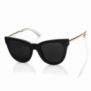 Cateye solglasögon från Le Specs  Form: Cat eye Glasets färg: Rökfärgad Färg på båge: Svart Material: Plast