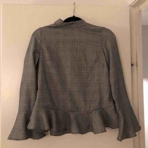 En fin blus använd enstaka gånger. Du som köpare står för frakten.
