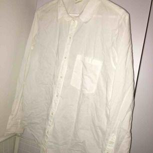 Oanvänd skjorta. Frakt är inräknat i priset som står!