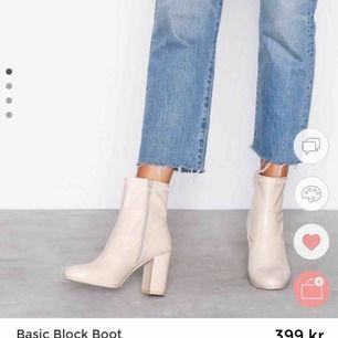 SÖKER sådana trendiga boots i storlek!   Ska vara beiga och on inte i detta matrial så
