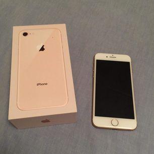 Säljer nu min iPhone 8, rosé guld 64 GB + hörlurar. Låst till 3 men går att låsa upp för 300 kr. Använd 6 månader så inga sprickor. Endast små repor på skärmen som man knappt ser. Inga skambud, fast pris. Betalas med swish.