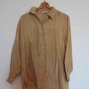 Beiges Hemd aus 100% Seide. In gutem Zustand. Geschätzte Größe M / L. Versandkosten von 36 kr hinzugefügt. 💘