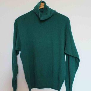 Grüner Wollpullover. Geschätzte Größe M. Hat ein kleines Loch, siehe Bild. Eine Versandgebühr von 54 SEK wird hinzugefügt