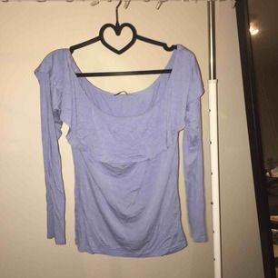 Sieht aus wie Verfärbung auf dem Bild, aber das Shirt ist nur zerknittert, es sieht verfärbt aus. Könnte es wert sein, hinzuzufügen, dass das Shirt Offshoulder ist! Von Gina Trikot, in gutem Zustand, kann sich in Karlstad treffen oder per Post senden, der Versand ist für den Käufer! 🤩