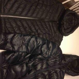 Peak Performance Jacke Dunkelblau Helium nur versuchen D Stl XS 1000kr.peak Performance Frost Schwarz Jacke Stl Xs Verwenden Sie einen Winter in gutem Zustand. Günstiger Preis bei Fast Shop lr beim Kauf von beiden