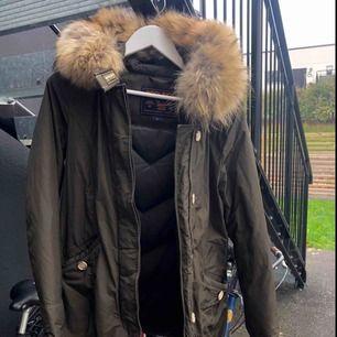 Inköpt vintern 2017 från Johnells.  Avtagbar pälskrage för den som önskar.  Storlek S men passar alla med XS/M. Nypris 7500 kr.