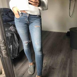 Riktigt snygga jeans från Zara, använda men i bra skick.