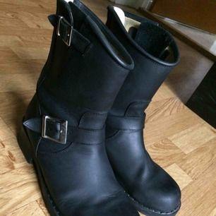 Svarta Johny Bulls i modellen flat mid boot. Väldigt sparsamt använda och är därför i jättebra skick. Köptes för 1500kr. Säljer för att de tyvärr inte kommer till användning. Har kartongen kvar, fynda nu till hösten&vintern!✨😍