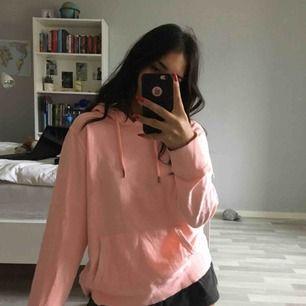 supersnygg rosa hoodie, stl L men passar som oversize på S-M också. bra skick, bara använd 2-3 gånger men säljer på grund av att jag inte gillar hur den sitter på mig. tar swish och kan frakta men då betalar köparen frakten💘